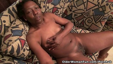 Ebony granny Amanda peels off her pantyhose and plays