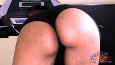 Ebony SLUT plays with her pussy on the tredmill