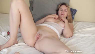 Yanks MILF Mary Lou Vibrates Her Cunt