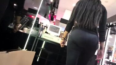 Brunette big ass MILF in tight leggings shows us her big bubble butt !